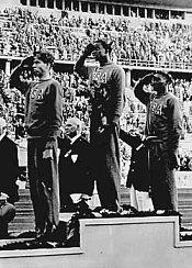 El equipo estadounidense de salto de altura arrasó en las Olimpíadas. De izquierda a derecha: Delos Thurber (bronce), Cornelius Johnson (oro) y David Albritton (plata). La marca de Johnson en barra fija fue de 2,03 metros, un nuevo récord olímpico. 2 de agosto de 1936.