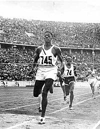 John Woodruff se consagró ganador de la carrera de 800 metros con una marca de 1:52.9 minutos. Woodruff prestó servicio como oficial en una unidad del ejército estadounidense segregada racialmente durante la Segunda Guerra Mundial.