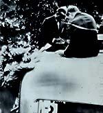 Owens, hijo de campesinos de Alabama, es asediado por fanáticos en busca de su autógrafo durante su estadía en Alemania. Owens era aclamado estrepitosamente por la gran mayoría de espectadores alemanes cada vez que ingresaba al estadio. 31 de julio de 1936.