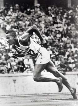 Archie Williams, estudiante de la Universidad de California, en Berkeley, fue medalla de oro en la carrera de 400 metros con una marca de 46,5 segundos. Durante la Segunda Guerra Mundial, se desempeñó como instructor de pilotos de guerra afroamericanos en el campo aéreo segregado del ejército en Tuskegee, Alabama.