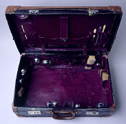 Suitcase belonging to a Polish-Jewish refugee