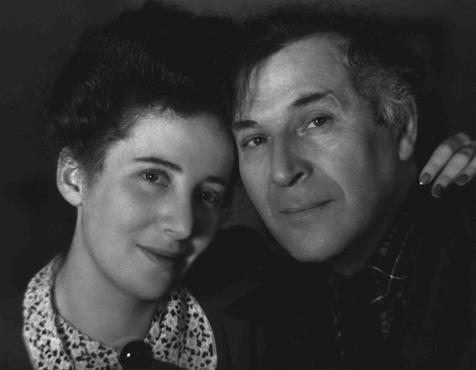 """러시아 태생의 유태인 예술가인 마크 샤갈(Marc Chagall)과 그의 딸, 아이다(Ida). 나치는 샤갈의 작품을 """"타락한 것""""이라고 하였다. 그가 살던 프랑스가 함락된 후인 1942년, 샤갈은 미국으로 망명하였다."""