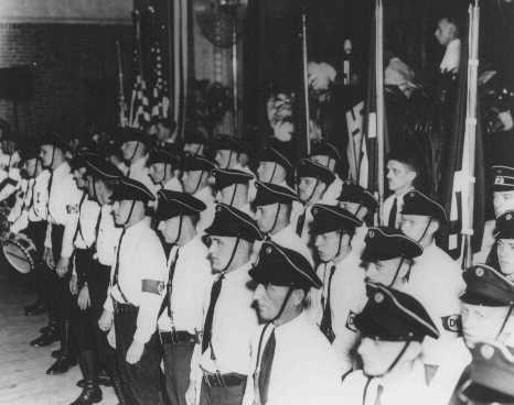 """Une cérémonie du """"German-American Bund"""", un parti américain pro-nazi. Kenosha, Wisconsin, Etats-Unis, 16 octobre 1937."""