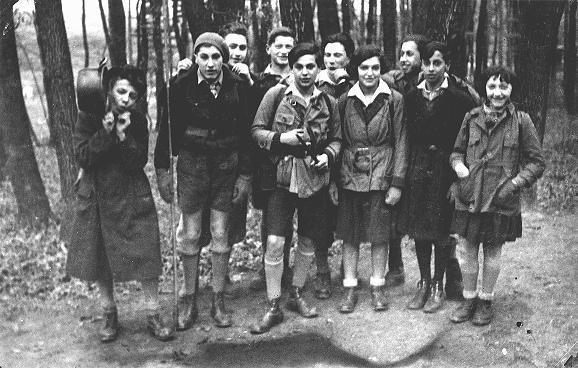Membres du mouvement de jeunesse juif Blau-Weiss (Bleu-blanc), un groupe sioniste, lors d'une excursion dans les Alpes autrichiennes. Autriche, avant-guerre. [Veuillez contacter le Beit Ha-Tefoutsot pour des copies de cette photo.]