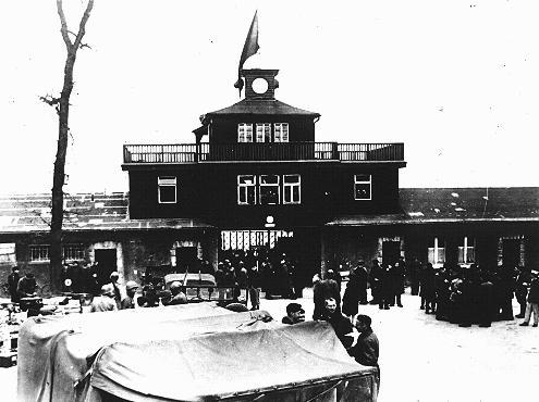 ブーヘンヴァルト強制収容所の入口の前で米軍兵士たちと会う収容所のレジスタンス地下組織メンバー。ブーヘンヴァルト、ドイツ、1945年4月11日以降。