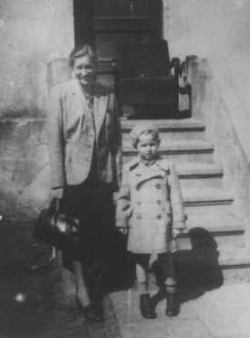 """Gertruda Babilinska avec Michael Stolovitzky, un enfant juif qu'elle cachait. Yad Vashem l'a reconnue en tant que """"Juste parmi les Nations."""" Vilno (aujourd'hui Vilnius), 1943."""
