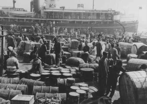 Réfugiés juifs allemands débarquant dans le port de Shanghai, l'un des rares endroits n'exigeant pas de visa. Shanghai, Chine, 1940.