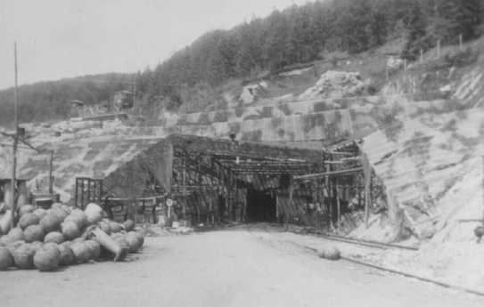 Vue de l'entrée d'un tunnel à l'usine de fusées du camp de concentration de Dora-Mittelbau, près de Nordhausen. Allemagne, avril-mai 1945.