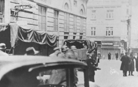 Escena durante una redada de las SS en las oficinas de la comunidad judía de Viena. Viena, Austria, marzo de 1938.