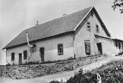 En août 1943, une chambre à gaz fut installée dans ce batiment, vu ici après la libération du camp, dans le camp de concentration de Natzweiler-Struthof. France, 1945.