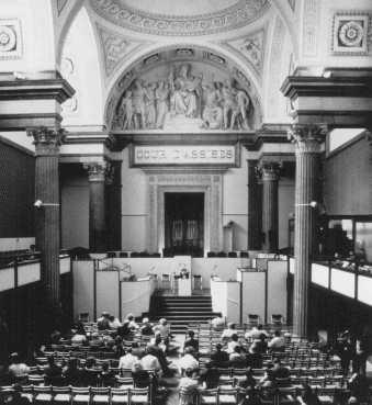"""Sala del tribunal donde juzgaron a Klaus Barbie, ex jefe de la Gestapo (la policía secreta del estado alemán) en Lyon, acusado de haber cometido """"crímenes contra la humanidad"""". Lyon, Francia, mayo de 1987."""