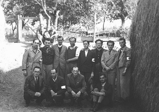 Douze médecins juifs hongrois dans le camp de travail forcé d'Iklad. Iklad, Hongrie, 24 septembre 1940.