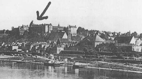 """La ville de Pirna en Allemagne méridionale. La flèche montre l'institut Sonnenstein, l'un des centres où """"les victimes d'""""euthanasie"""" étaient gazées. Allemagne, date incertaine."""