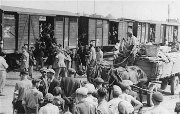 Juifs du ghetto de Lodz chargés dans des trains de marchandises pour être déportés vers le camp d'extermination de Chelmno. Lodz, Pologne, entre 1942 et 1944.