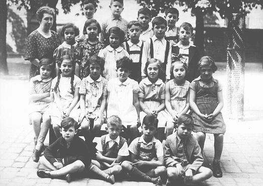 Una foto de estudiantes y un maestro en una escuela judía en Karlsruhe antes de la guerra. Alemania, julio de 1937.