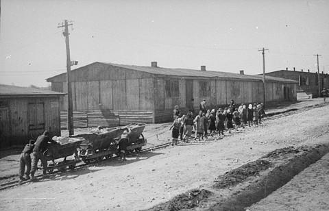 Internés juifs au travail forcé dans le camp de Plaszow. Plaszow, Pologne, 1943-1944.
