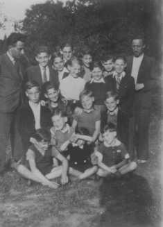 """Jeunes réfugiés juifs d'un camp de transit français au home de l'OSE (Œuvre de Secours aux Enfants) la """"Maison des Pupilles de la Nation."""" Une partie des enfants sont en fuite, en route pour la Suisse. Aspet, France, juin-août 1942."""