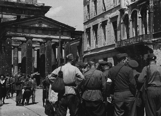 Des soldats soviétiques dans la zone d'occupation soviétique de Berlin suite à la défaite de l'Allemagne nazie. Berlin, Allemagne, après le 9 mai 1945.