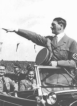 Hitler salue les jeunes rangs du congrès du Parti nazi. Nuremberg, Allemagne, septembre, 1935.