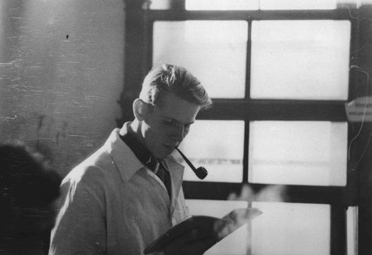 """Christoph Probst lorsqu'il était étudiant en médecine. Membre du mouvement estudiantin d'opposition """"la Rose blanche"""" à Munich, il fut arrêté avec Hans et Sophie Scholl, condamnés par le Volksgerichtshof (Tribunal du peuple) et exécutés le 22 février 1943. Munich, Allemagne, vers 1940."""