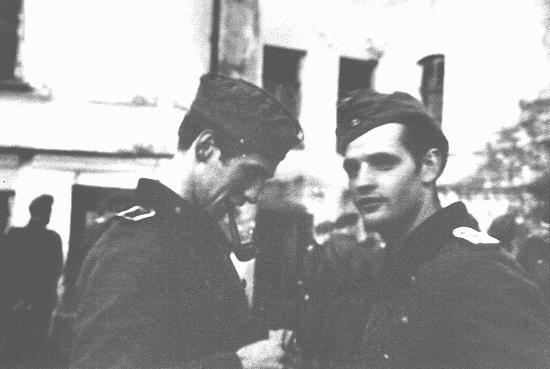 Alexander Schmorell (à gauche) et Hans Scholl, membres du groupe de résistance étudiante de la Rose blanche, avant leur départ pour le front oriental. La guerre féroce qui y était menée renforça leur opposition aux nazis. Munich, Allemagne, 1942.