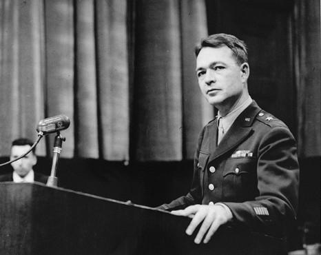 Brigadier General Telford Taylor, abogado jefe, durante el juicio de doctores. Nuremberg, Alemania, el 9 de diciembre de 1946 al 20 de agosto de 1947.