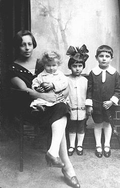 Antes de la guerra fotografía de tres niños judíos con su niñera.  Dos de los niños murieron en 1942.  Varsovia, Polonia, 1925-1926.