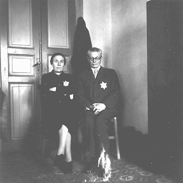 Couple juif grec portant sur leur vêtement l'étoile jaune obligatoire. Salonique, Grèce, entre février et juin 1943.