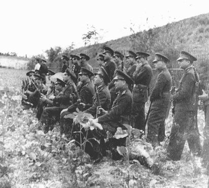 Un peloton d'exécution roumain se prépare à exécuter l'ancien Premier ministre roumain Ion Antonescu. Camp de Jivava, près de Bucarest, Roumanie, 1er juin 1946.