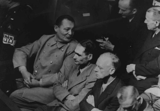 Herman Goering se da vuelta para hablar con Karl Doenitz durante el juicio de Nuremberg. Rudolf Hess y Joachim von Ribbentrop están sentados a la izquierda de Goering. Nuremberg, Alemania, el 26 de noviembre de 1945.