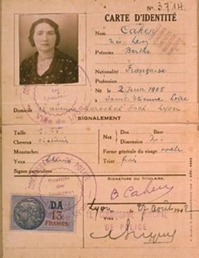 """Carte d'identité de Berthe Levy Cahen, émise par la police française à Lyon, porte le tampon """"Juif."""" France, 7 août 1942."""