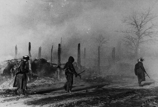 Des troupes allemandes passent à côté de bâtiments en ruine à Zhitomir. Union soviétique, pendant la guerre.