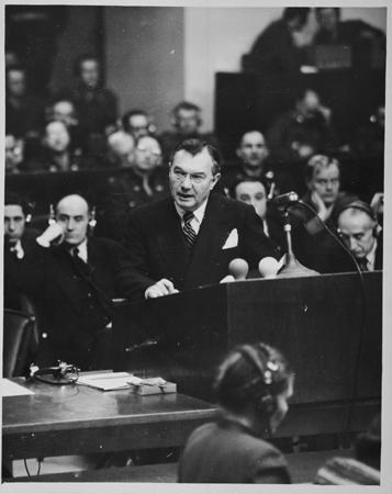 رابرت اچ. جکسن، دادستان کل ایالات متحده، در حال ایراد بیانیه افتتاحیه دادرسی. 21 نوامبر 1945.