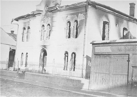 Vista de la sinagoga incendiada Malbish Arimim, ubicada en la calle Teglash de Sighet. Esta fotografía se tomó después de la deportación de la población judía. Mayo de 1944.