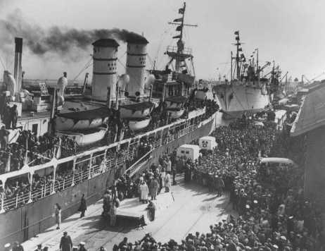 """Miles de refugiados judíos fueron detenidos por los británicos en campos en Chipre. En esta foto, judíos liberados por los británicos después de la creación de Israel llegan a Haifa a bordo el """"Galila"""". Haifa, Israel, enero de 1949. [Por favor contacte Beth Hatefutsoth para obtener copias de esta fotografía.]"""