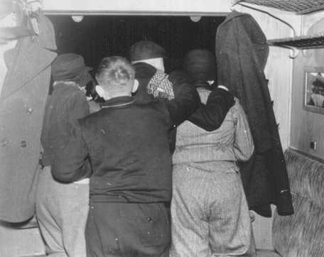 Niños judíos refugiados miran por la ventanilla del tren al separarse de sus padres. Estación de trenes de Schlesischen, Berlín, Alemania, 12 de febrero de 1938.