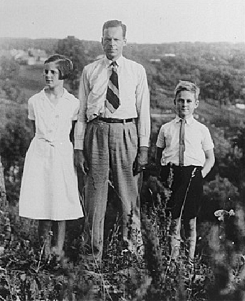 Zwartendijk with his daughter Edith and son Jan, Jr., Kovno, 1939-1940.