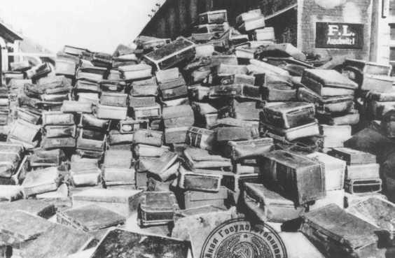 Valijas que pertenecían a personas deportadas al campo de Auschwitz. Esta foto fue tomada después que las fuerzas soviéticas liberaran el campo. Polonia, con posterioridad a enero de 1945.