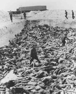 ڈاکٹر فرٹز کلائن، کیمپ کا ایک سابق ڈاکٹر جو قیدیوں پر طبی تجربات کرتا تھا، ایک اجتماعی قبر میں لاشوں کے درمیان کھڑا ہے۔ برجن۔ بیلسن، جرمنی، 15 اپریل 1945 کے بعد۔