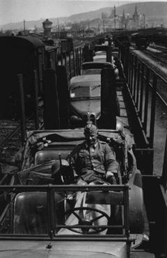 Véhicules allemands chargés sur des trains en direction du front oriental pour renforcer les troupes allemandes lors de l'invasion de l'Union soviétique en 1941.