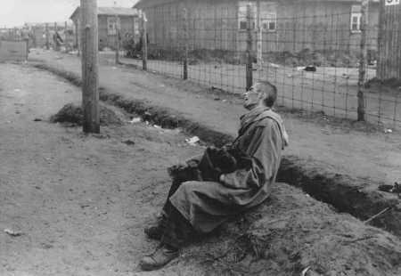 一名囚犯在贝尔根 - 贝尔森 (Bergen-Belsen) 集中营解放后。拍摄地点:德国,贝尔根 - 贝尔森,拍摄时间:1945 年 4 月 15 日后。