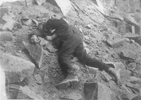 Un détenu soviétique à terre, mort dans la carrière du camp de concentration de Mauthausen. Autriche, entre juillet 1941 et mai 1945.