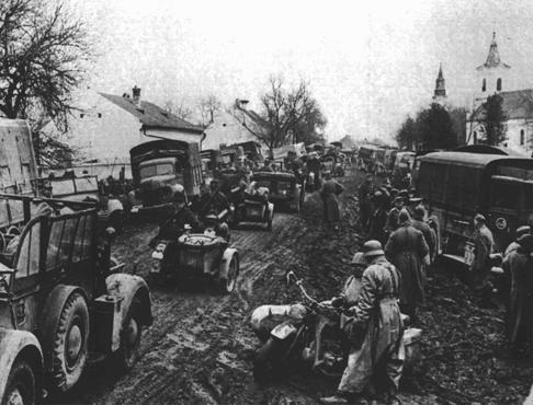Tropas de las SS avanzan durante la invasión a Grecia. La invasión a los Balcanes comenzó en abril de 1941. Grecia, durante la guerra.