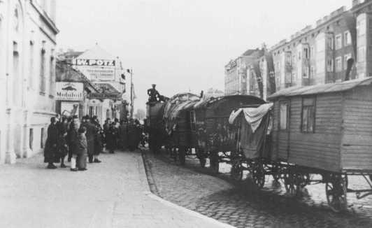 La deportación de familias romani (gitanas) de Viena a Polonia. Austria, entre septiembre y diciembre de 1939.