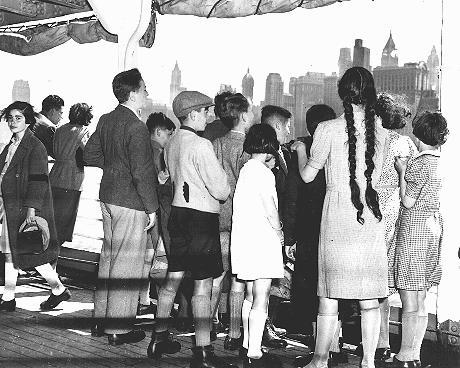 Groupe d'enfants réfugiés juifs allemands arrivant à New-York. New-York, Etats-Unis, 3 juin 1939.