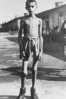 Orphelin de 13 ans, rescapé du camp de concentration de Mauthausen. Autriche, mai 1945.