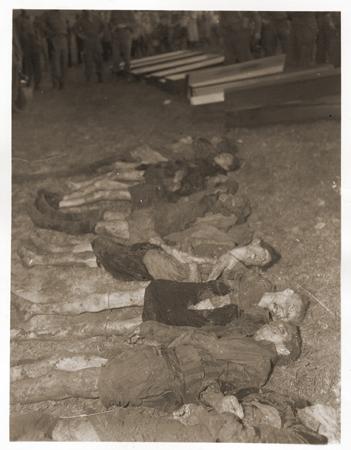 اخراج جثث يهوديات من مقبرة جماعية بالقرب من فولاري. لقى الضحايا حتفهم عند نهاء مسيرات الموت من فيلمبرختس, المحتشد الفرعي بفلوسنبورغ. تشيكسلوفاكيا, 11 مايو 1945.