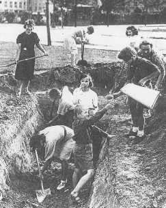 Hommes, femmes et enfants creusant des tranchées au cours du siège allemand de Varsovie. Pologne, septembre 1939.
