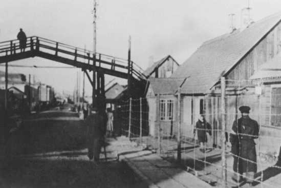 Passerelle reliant le grand ghetto au petit ghetto. Ghetto de Kovno (aujourd'hui Kaunas), Lituanie, 1941.