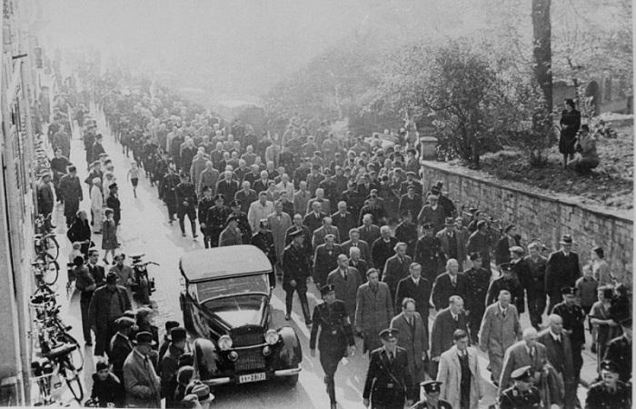 """Солдаты СС конвоируют евреев, арестованных во время """"Хрустальной ночи"""" (""""Ночи разбитых витрин""""), ведя их по Баден-Бадену. Германия, 10 ноября 1938 года."""